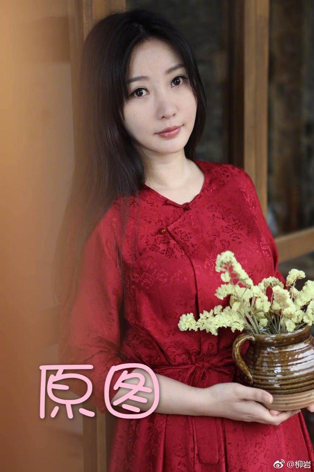 柳岩分享披发红裙美照 晒P图心得称精修后有自信