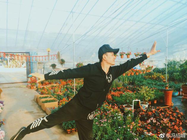 冯绍峰祝广大青年节日快乐 旋转跳跃放飞自我