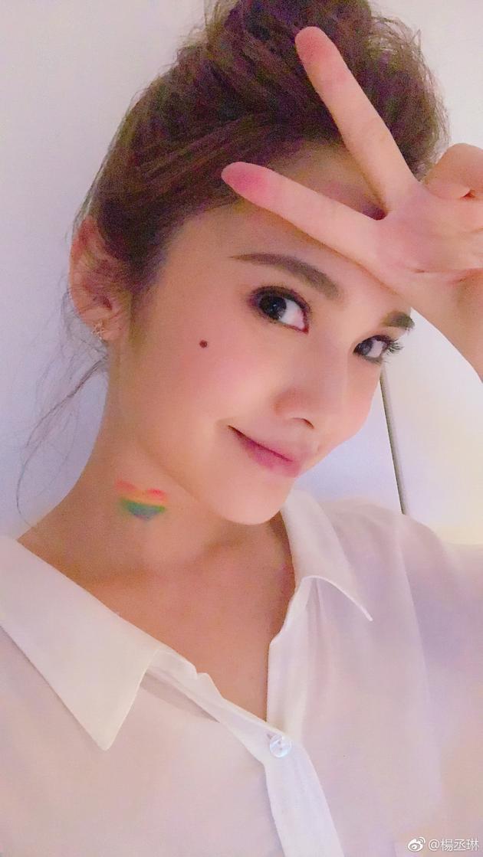 杨丞琳脖子画彩虹爱心 为世界不再恐同日发声