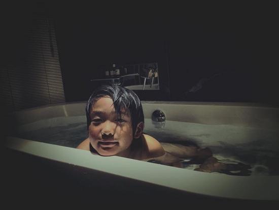 曹格晒8岁儿子出浴照 头发微湿眼神迷蒙男人味足