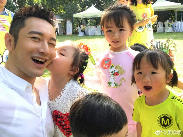 黄晓明与小朋友合照嘟嘴亲亲 调侃称不想暴露年龄