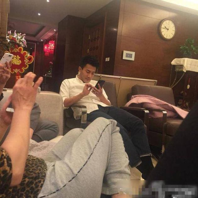 港媒曝出了一张刘恺威现身杨幂爸爸豪宅中玩手机的照片