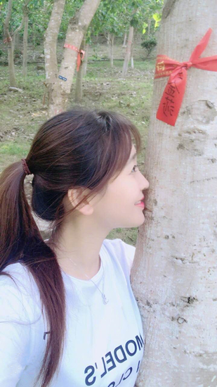金莎亲吻大树