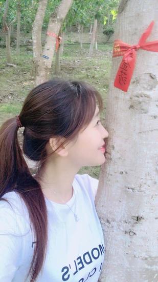 金莎为菩提树浇水显少女气息 网友:想早日脱单?