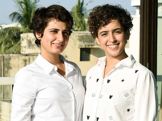 法缇玛·萨那·纱卡(左)与饰演二妹的桑亚·马荷塔