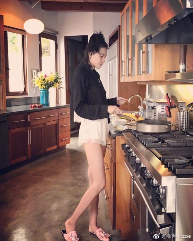 张蓝心晒早餐照向网友问好 逆天大长腿实力抢镜