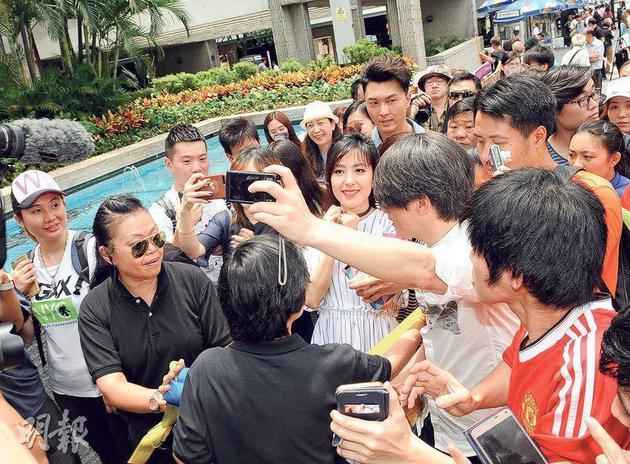 """唐诗咏现身中环宣传新剧被大批市民包围,""""暖男Saving""""王浩信当然要护花。"""