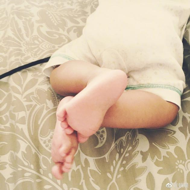 姚晨女儿小茉莉趴在床上肉嘟嘟超萌