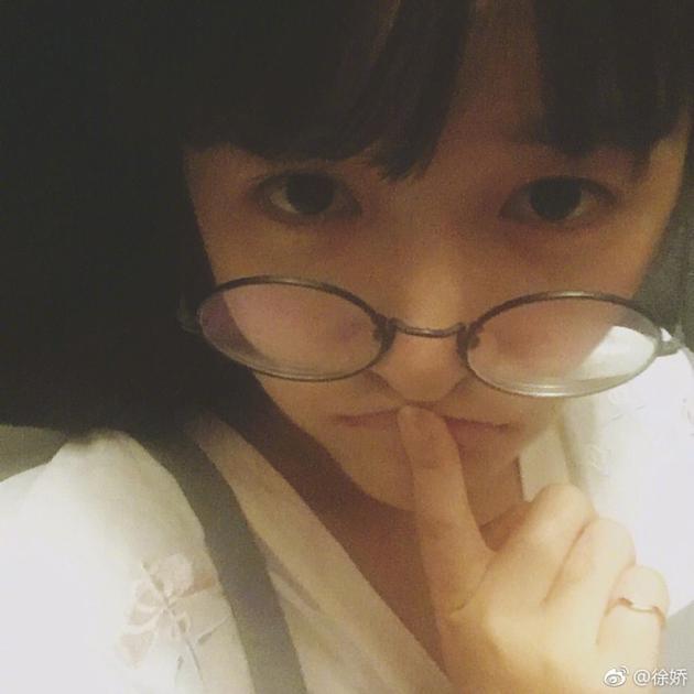 徐娇戴眼镜