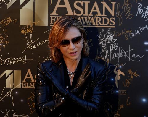 YOSHIKI因颈椎病接受紧急手术 乐队巡演恐将取消