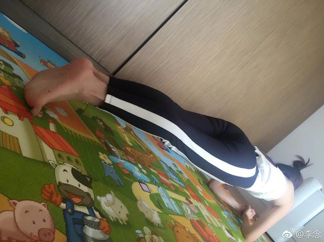 阔太李念早起运动做平板支撑 侧卧比耶身材一级棒