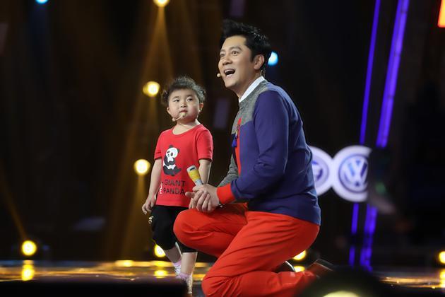 《出彩中国人》蔡国庆现场拜师 竟被四岁娃带跑调
