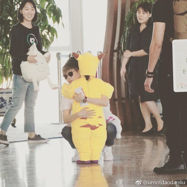 李宇春甜抱可爱小迷妹 粉丝:现在生娃还来得及不
