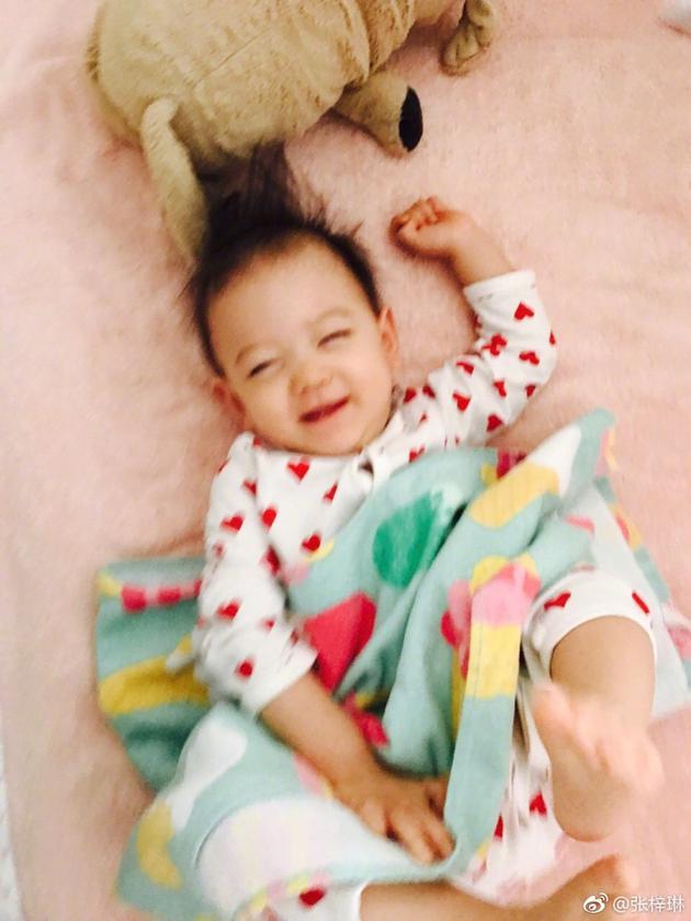 张梓琳晒娃赖床