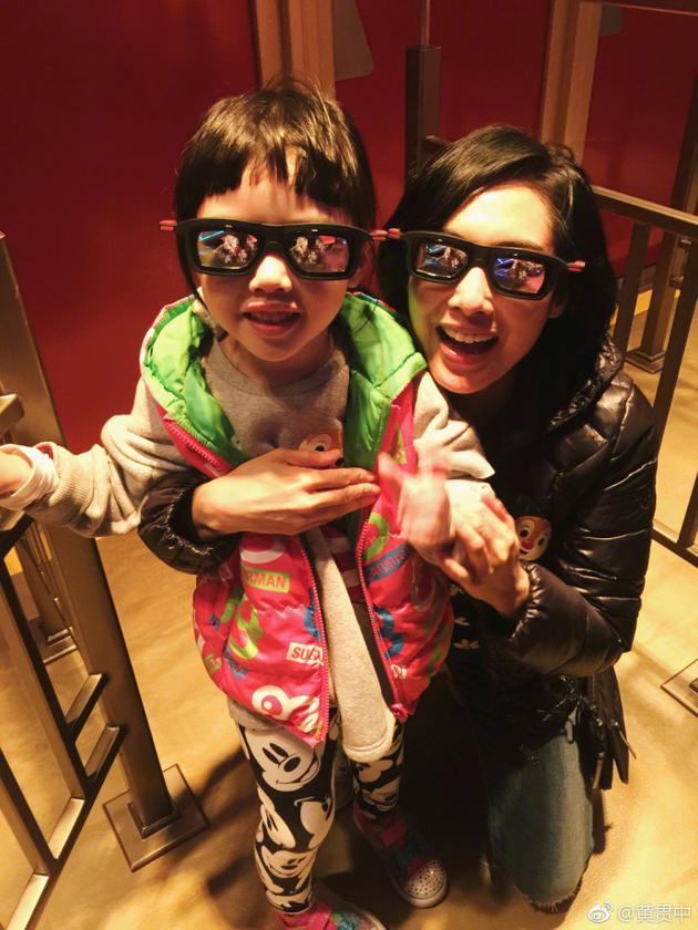 黄贯中晒朱茵和女儿合照 母女俩戴同款墨镜很有爱