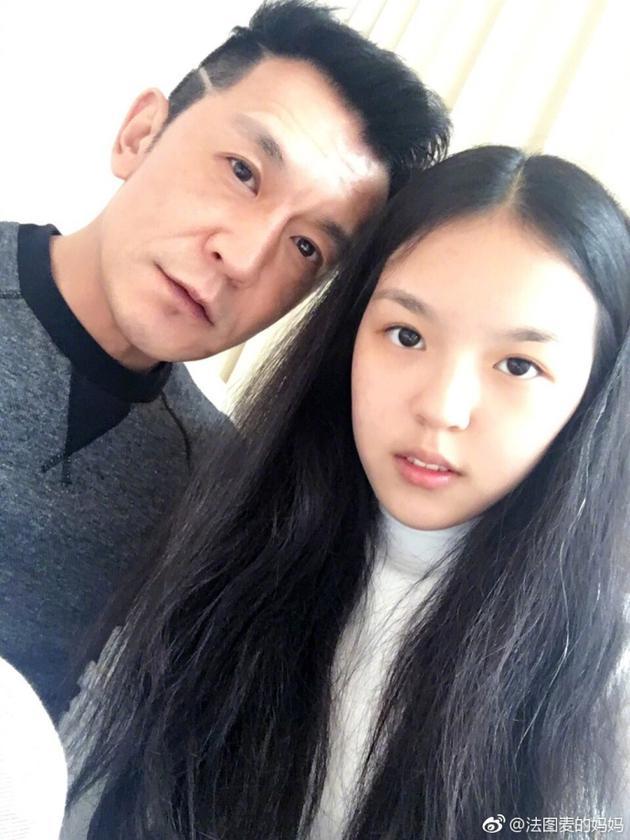 潘长江 还是右边女孩俊图片