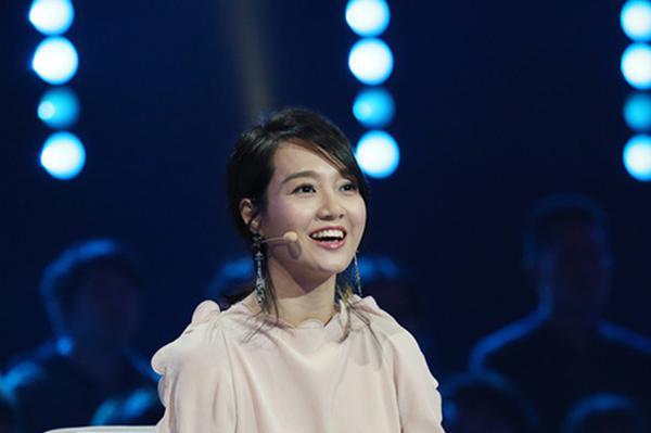 当天,担任评审团员之一的朱丹[微博]身穿粉色上衣搭配印花长裙优雅