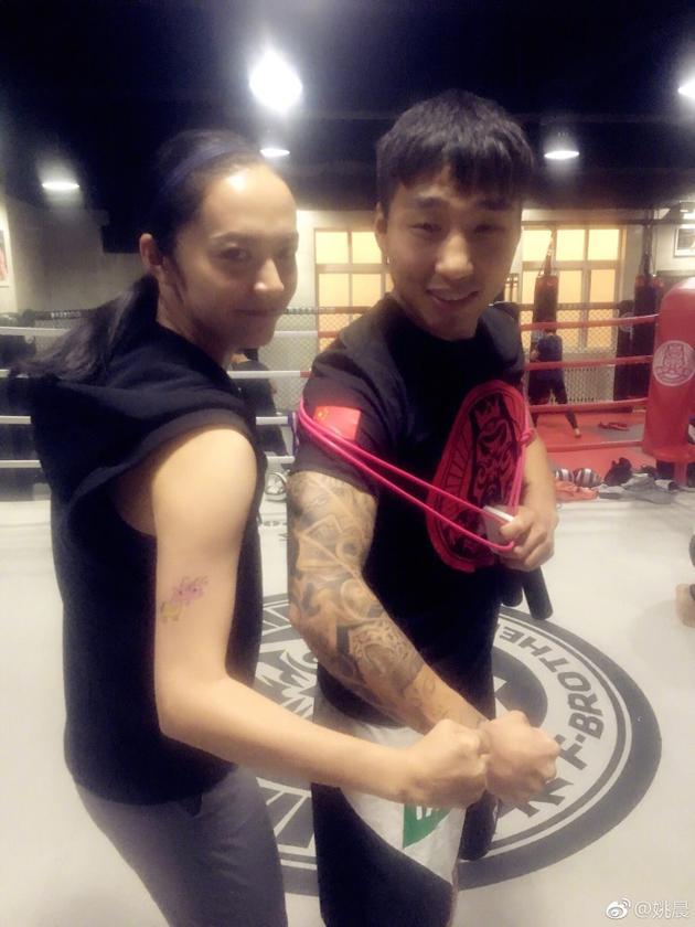 姚晨练拳纹身图案呆萌 网友:不是纹身都有杀气