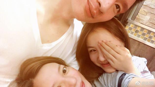 赵薇素颜和孙悦夫妇合影 三人头挨头画面超有爱