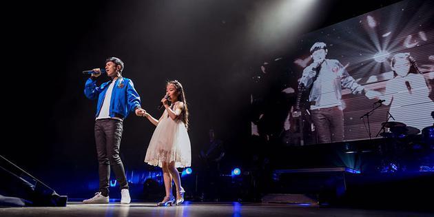 张杰开唱刘润潼助阵 与歌迷合唱《我的中国心》