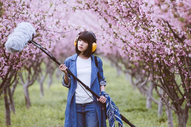 郭美美发布《你能听见吗》MV 文艺清纯化身录音师