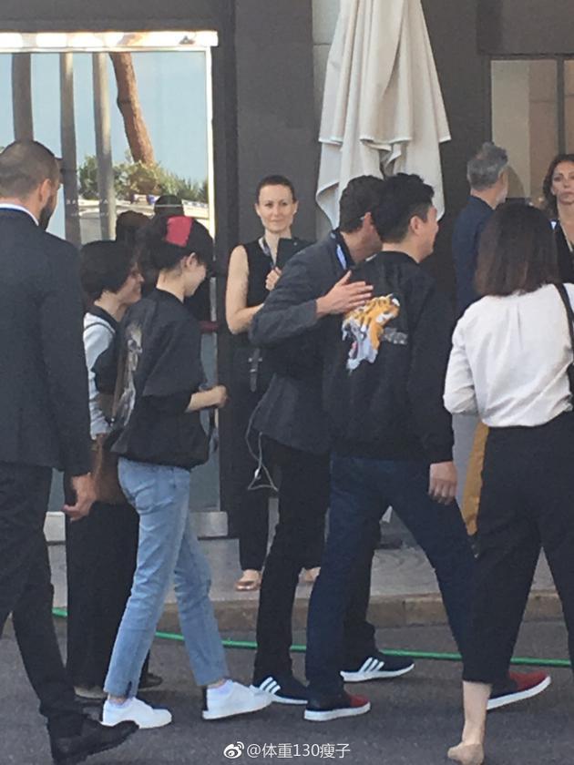 网友偶遇奶茶妹妹和刘强东夫妇