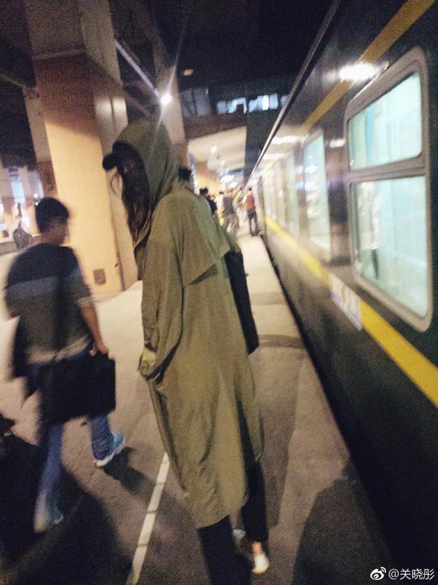 关晓彤搭乘绿皮火车心情好 墨绿色风衣大长腿抢镜
