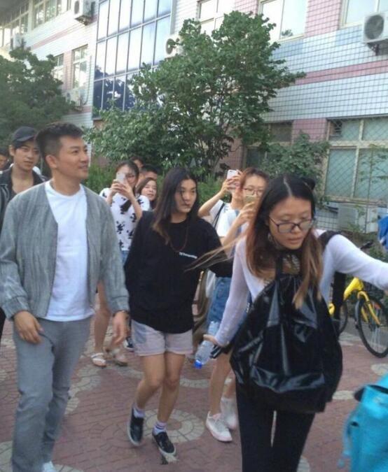 苏有朋现身北京小腹突出又长胖了 网友惊呼认不出