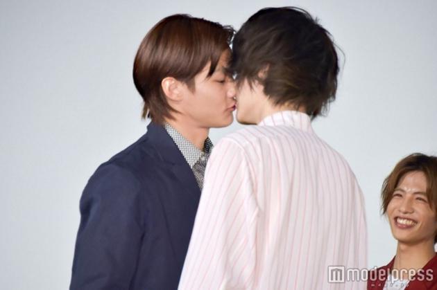 世道变了!日本当红男星在电影发布会玩男男KISS