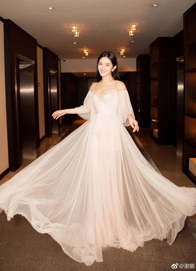太阳女神美出天际!谢娜晒照白裙飘飘仙气十足