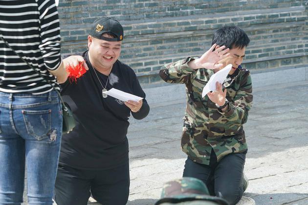 TVB视帝郑嘉颖跪地卖力出演