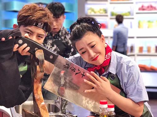 《鲜厨》范湉湉一改咆哮形象 认真做菜喜夺冠