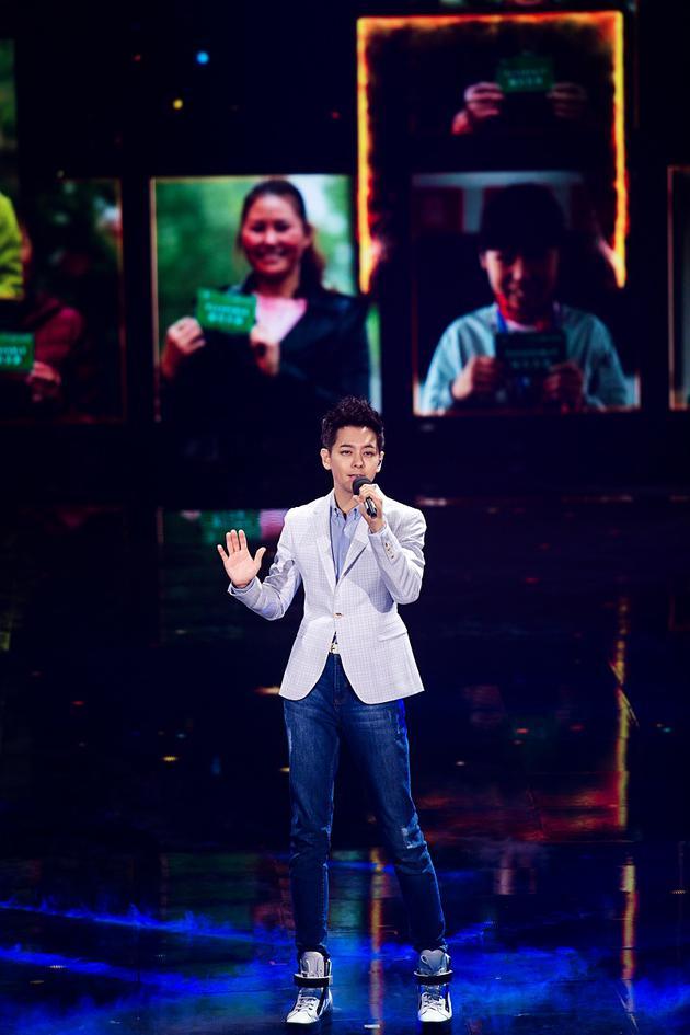 湖南卫视创新晚会 林志颖倡环保张也与机器人对唱