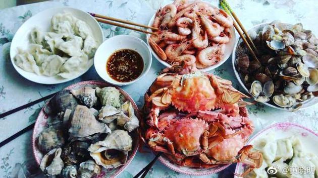 黄晓明回青岛秀家乡海鲜 喊话黄渤看他吃鲅鱼饺子