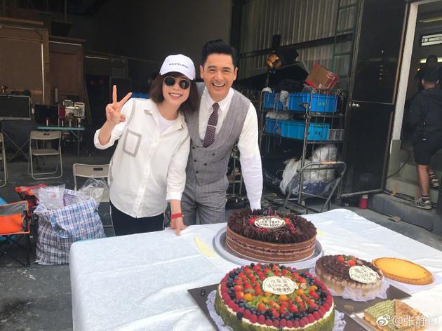 张静初片场为周润发庆祝生日 赞其是暖暖的酷哥