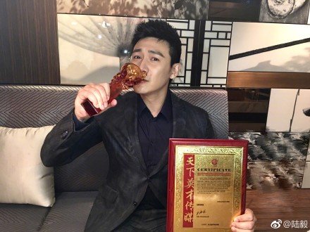"""陆毅亲吻奖杯帅气又俏皮 与""""汉东天团""""温馨合影"""