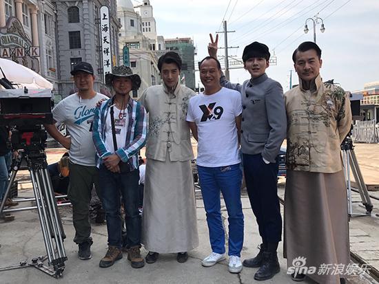 蔡乙嘉与剧组工作人员合影