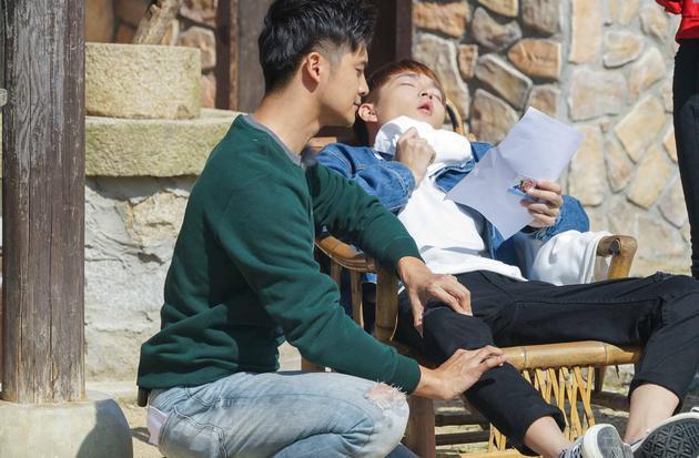田亮扮演妈祖为张之航捏腿治病