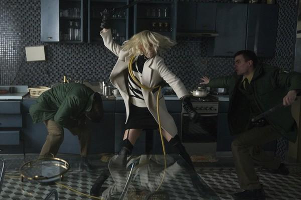 影后塞隆新片上演女女床战 手指伸入下体 娱乐八卦 图2
