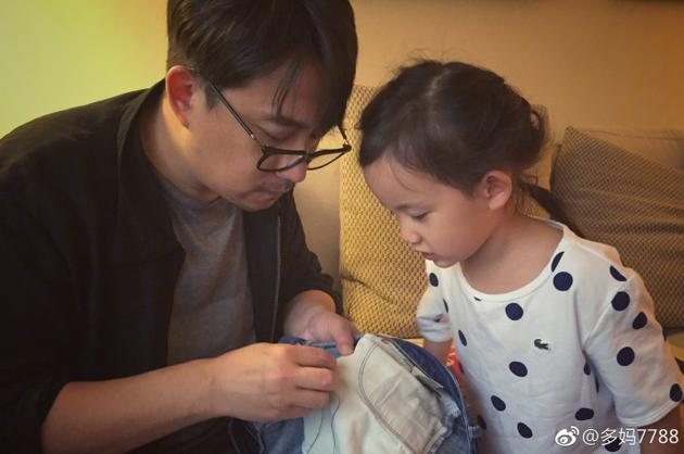黄磊做针线活儿手发熟练 女儿多妹一脸崇拜