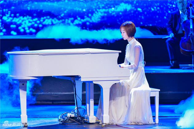 王珞丹弹钢琴