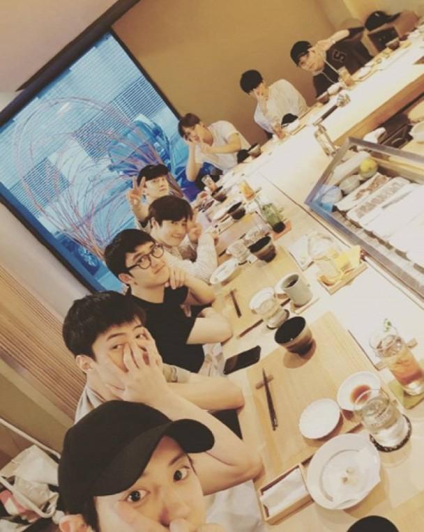 感情好!EXO开Party为队长Suho庆26岁生日