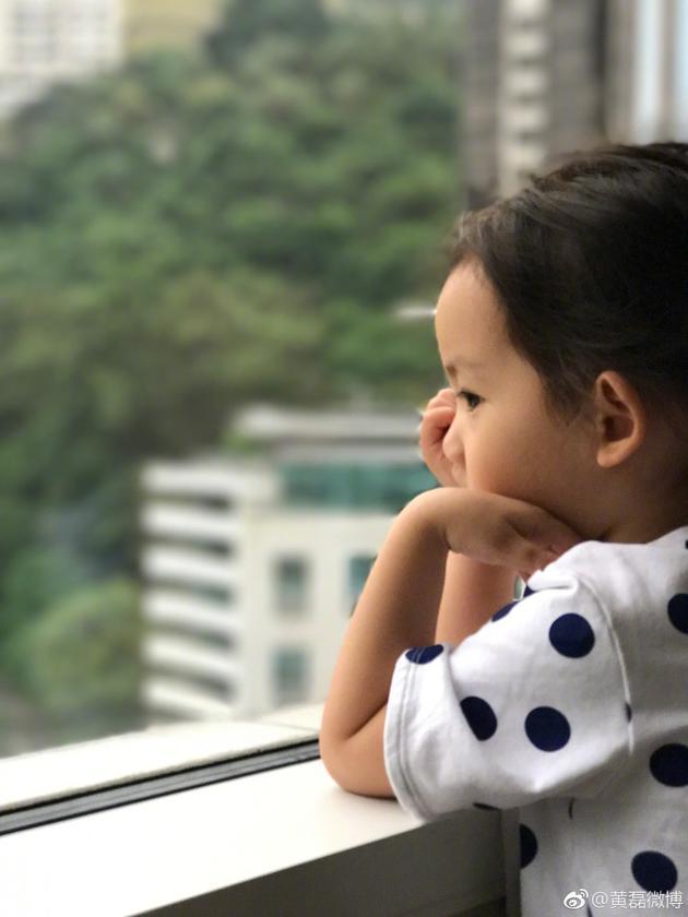 黄磊教育女儿买鞋要认真思考 妹妹侧颜微露超可爱