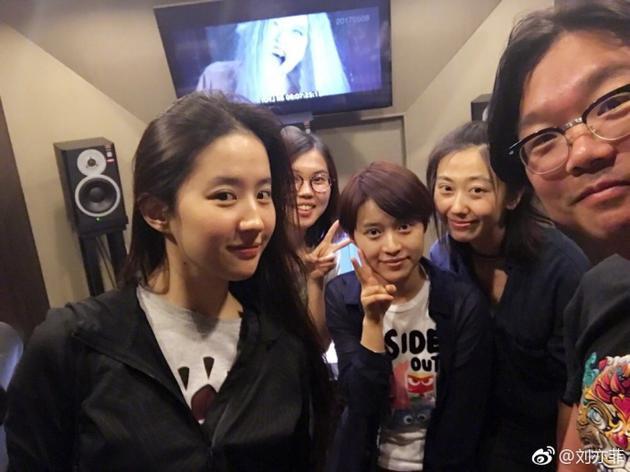 刘亦菲和友人合影