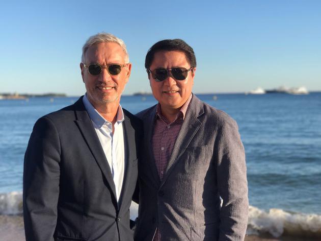 好莱坞著名导演罗兰·艾默里奇(左)与博纳影业集团董事长于冬在戛纳海滩