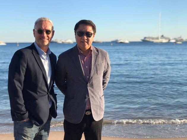导演罗兰·艾默里奇、博纳影业集团董事长于冬(右)