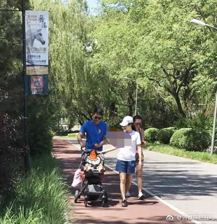 章子怡携女儿逛公园