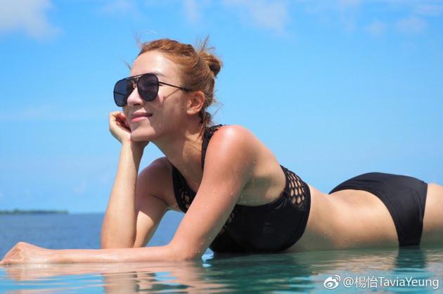 杨怡泳装照身材火辣凹凸有致 修长美腿实力抢镜