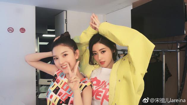 张天爱宋祖儿贴脸照玩亲亲 姐妹俩青春活力又迷人