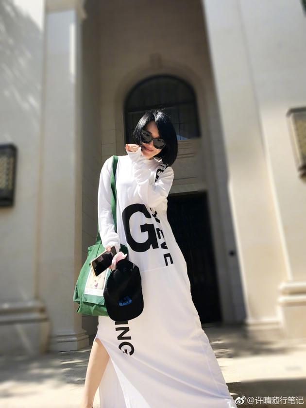 许晴白色宽松长裙唯美动人 笑靥如花青春似少女